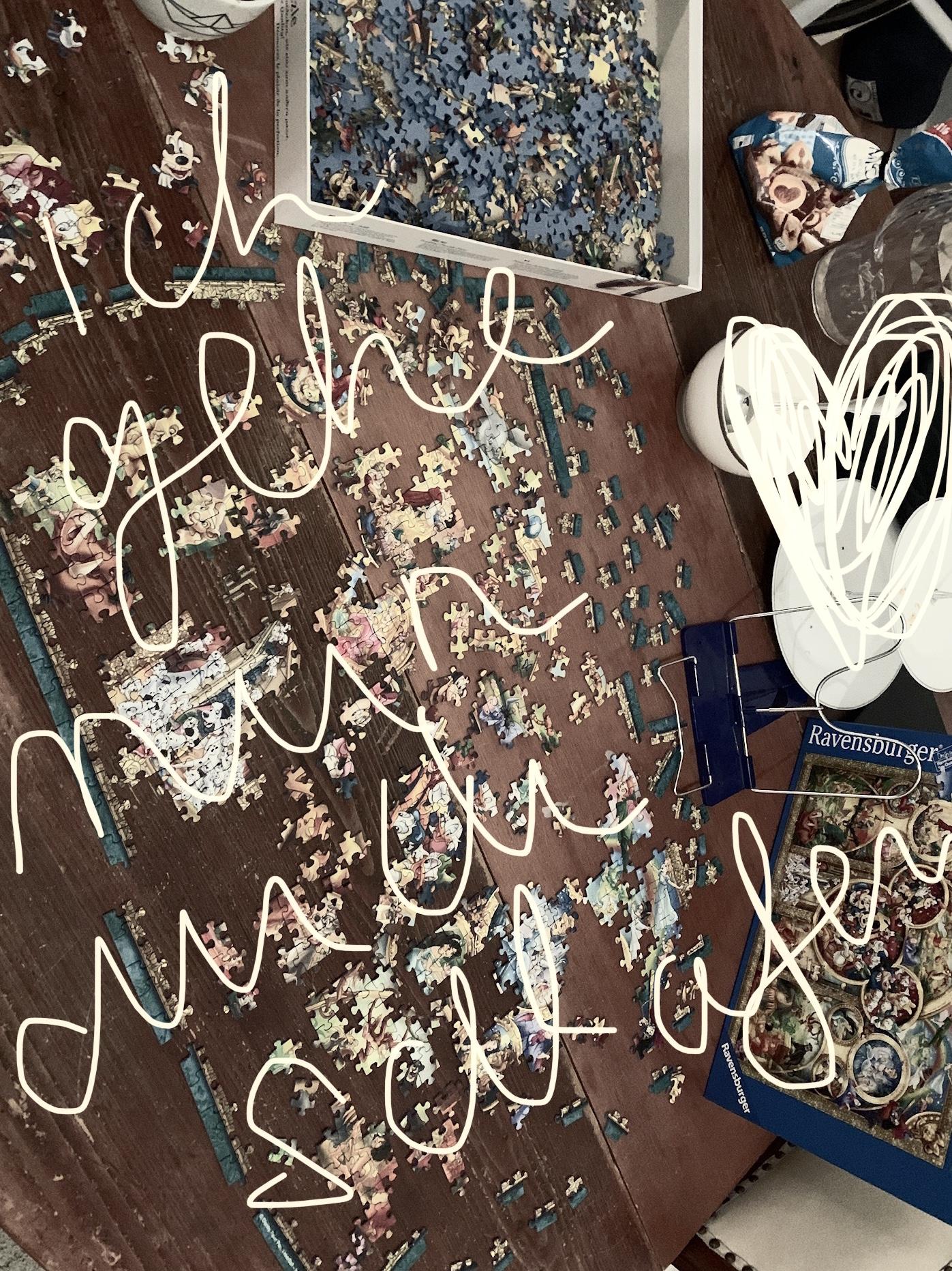 Puzzlechaos auf einem Tisch
